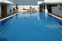 Luksusowy pływacki basen cool daleko wewnątrz, na ten perfect wakacje letni Zdjęcie Royalty Free