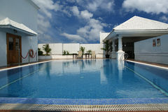 Luksusowy pływacki basen cool daleko wewnątrz, na ten perfect wakacje letni Zdjęcie Stock