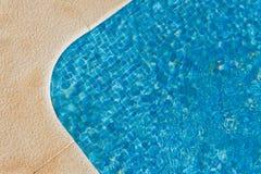 Luksusowy pływacki basen pokazywać ruchu w wodzie - narożnikowa sekcja - Zdjęcie Stock