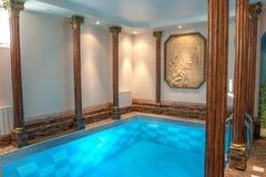 Luksusowy pływacki basen w hotelu obraz stock