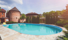Luksusowy pływacki basen blisko hotelu Obraz Royalty Free