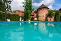 Luksusowy pływacki basen blisko hotelu Obrazy Stock