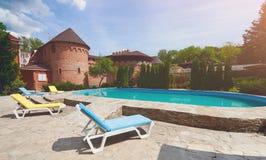 Luksusowy pływacki basen blisko hotelu Obrazy Royalty Free