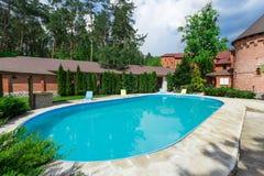 Luksusowy pływacki basen blisko hotelu Fotografia Stock