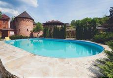 Luksusowy pływacki basen blisko hotelu Zdjęcie Stock