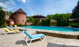 Luksusowy pływacki basen blisko hotelu Fotografia Royalty Free