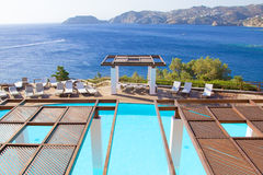 Luksusowy pływacki basen na seacost Crete wyspa Zdjęcia Royalty Free