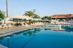 Luksusowy pływacki basen w tropikalnym hotelu w Grecja Fotografia Stock
