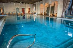 Luksusowy pływacki basen w zdroju Zdjęcie Royalty Free