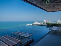 Luksusowy pływacki basen z dennym widokiem Obrazy Stock