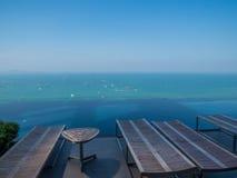 Luksusowy pływacki basen z dennym widokiem Fotografia Royalty Free