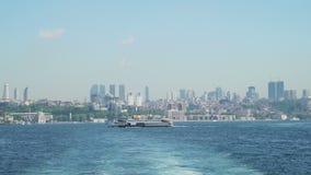 Luksusowy Pasażerski statek w frontowym Istanbuł krajobrazie zbiory