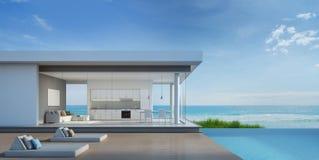Luksusowy plażowy dom z dennym widoku basenem w nowożytnym projekcie Obraz Royalty Free