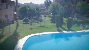 Luksusowy plenerowy basen z błękitne wody i słońca odbiciami na pogodnym letnim dniu zbiory