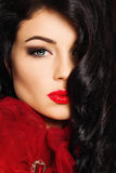 Luksusowy portret brunetki kobieta piękną twarz Zdjęcia Royalty Free