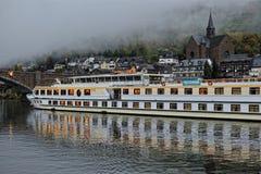 Luksusowy prom na Mosel rzece w ranek obraz stock