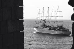 Luksusowy rejsu oceanu liniowa statku ?eglowanie od portu na wsch?d s?o?ca, zmierzch, W?ochy Sorrento zatoka, podr??y wycieczka t obrazy stock