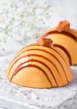 Luksusowy restauracyjny karmelu deser na marmurze Obrazy Stock