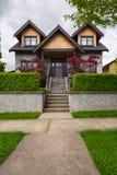 Luksusowy rodzina dom na ziemia tarasie z betonowym schody wejście fotografia stock