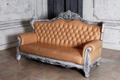 Luksusowy rzemienny kanapa stylu borokko w pięknym Obrazy Stock