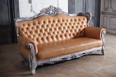 Luksusowy rzemienny kanapa stylu borokko w pięknym Obrazy Royalty Free
