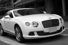 Luksusowy samochodowy Bentley Kontynentalny GT przy miasto ulicą Fotografia Royalty Free