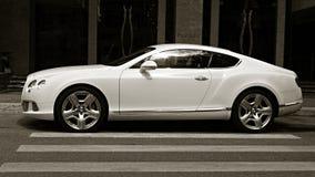 Luksusowy samochodowy Bentley Kontynentalny GT przy miasto ulicą Zdjęcie Royalty Free