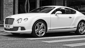 Luksusowy samochodowy Bentley Kontynentalny GT przy miasto ulicą Obraz Royalty Free
