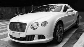 Luksusowy samochodowy Bentley Kontynentalny GT przy miasto ulicą Obrazy Royalty Free