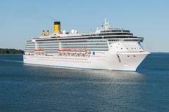 Luksusowy statek wycieczkowy przy morzem Zdjęcia Stock