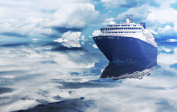 Luksusowy statek wycieczkowy unosi się na oceanie Zdjęcie Stock