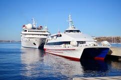 Luksusowy statku wycieczkowego żeglowanie od portu Zdjęcie Royalty Free
