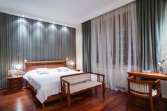 Luksusowy sypialni wnętrze - wieczór strzał Fotografia Stock