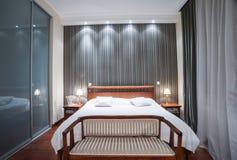 Luksusowy sypialni wnętrze - wieczór strzał Zdjęcia Royalty Free