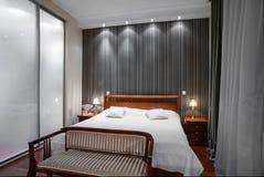 Luksusowy sypialni wnętrze - wieczór strzał Obraz Royalty Free