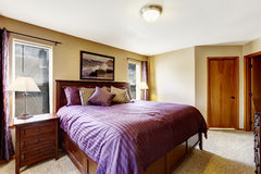 Luksusowy sypialnia meble z jaskrawą purpurową pościelą Zdjęcia Stock