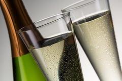 Luksusowy szampan z dewdrops i butelką zdjęcie royalty free