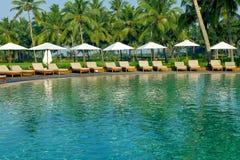Luksusowy tropikalny kurort z holu parasolem i krzesłami Obrazy Royalty Free