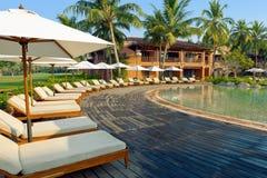 Luksusowy tropikalny kurort z holu parasolem i krzesłami Fotografia Royalty Free