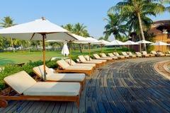 Luksusowy tropikalny kurort z holu parasolem i krzesłami Zdjęcia Royalty Free
