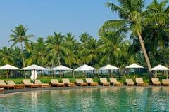 Luksusowy tropikalny kurort z holu parasolem i krzesłami Zdjęcie Stock