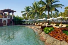 Luksusowy tropikalny kurort z holu parasolem i krzesłami Obraz Stock