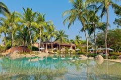 Luksusowy tropikalny kurort z holu parasolem i krzesłami Zdjęcia Stock