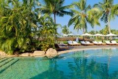 Luksusowy tropikalny kurort z holu parasolem i krzesłami Fotografia Stock