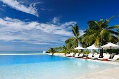 Luksusowy tropikalny pływacki basen Zdjęcie Royalty Free