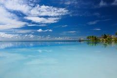 Luksusowy tropikalny pływacki basen Obrazy Stock
