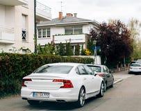 Luksusowy Volvo S90 D4 parkujący w mieście Zdjęcia Royalty Free