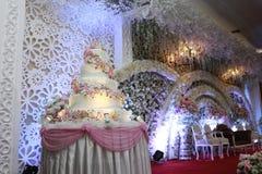 Luksusowy wielki ślubny tort fotografia royalty free