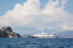 Luksusowy wielki super lub mega motorowy jacht na kotwicie w Corfu - gree Obraz Royalty Free