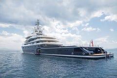 Luksusowy wielki super lub mega motorowy jacht w błękitnym morzu Obrazy Royalty Free